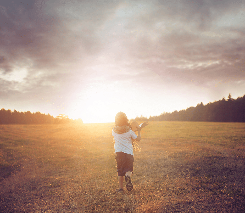 kind wat zon tegemoet loopt
